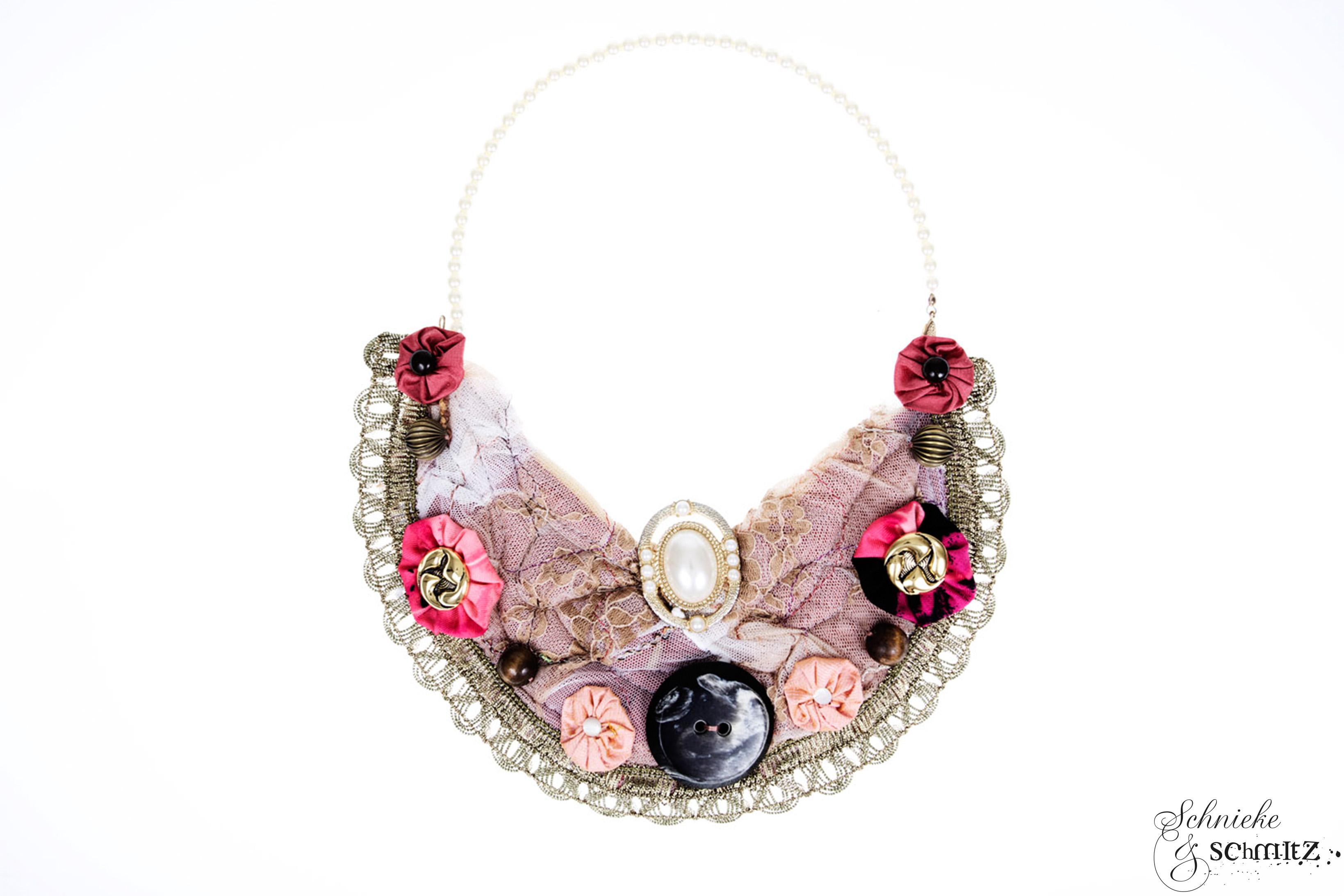Nudefarbenes Collier Unikat, aus Spitze handgefertigt und mit verschiedenen Stoffblüten und Vintageknöpfen verziert