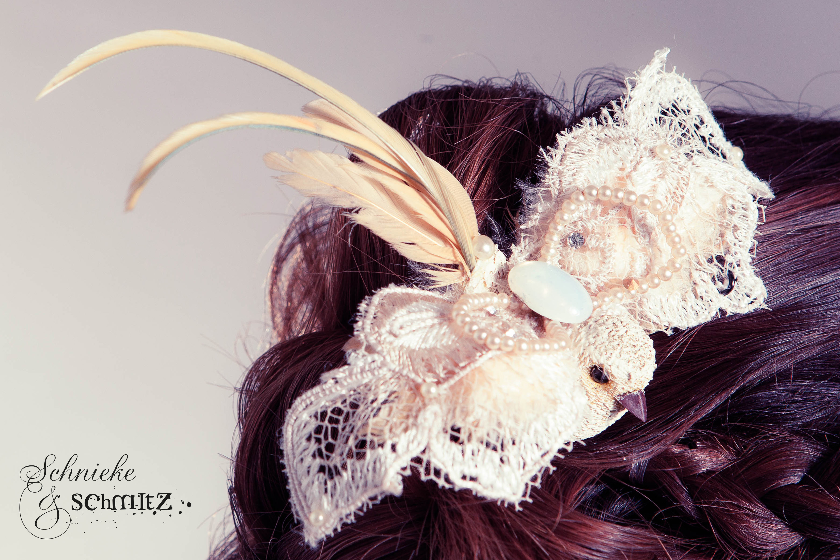 Handgefertigter Haarschmuck mit Feder und Perlen⎥Detailansicht